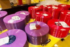 Pile de vinyle colorés